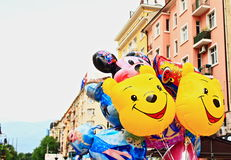 Le den roliga färgrika ballonggatan royaltyfria bilder