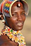 Le den Samburu krigaren i bågskyttstolpe, Kenya Arkivbilder