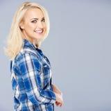 Le den sexiga brunbrända unga blonda kvinnan Fotografering för Bildbyråer