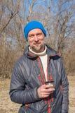 Le den skäggiga mannen som dricker kaffe Fotografering för Bildbyråer