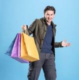 Le den stiliga mannen med shoppingpåsar Fotografering för Bildbyråer
