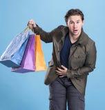 Le den stiliga mannen med shoppingpåsar Arkivbild