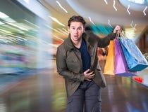Le den stiliga mannen med shoppingpåsar Royaltyfri Bild