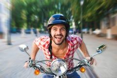 Le den stiliga ridningsparkcykeln för ung man royaltyfri foto