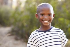 Le den svarta pojken för barn som utomhus ser till kameran arkivfoton