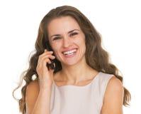 Le den talande mobiltelefonen för ung kvinna Royaltyfri Foto