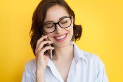 Le den talande telefonen för dam fotografering för bildbyråer