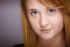 Le den tonåriga flickacloseupen royaltyfri fotografi