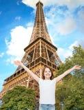 Le den tonårs- flickan med lyftta händer Fotografering för Bildbyråer