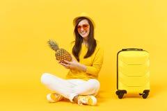 Le den turist- kvinnan för handelsresande i sommarkläder, frukt för ananas för hatthåll som ny mogen isoleras på den gula apelsin arkivbilder