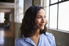 Le den unga affärskvinnan för blandat lopp som bort ser royaltyfria bilder