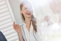 Le den unga affärskvinnan som i regeringsställning talar med den manliga kollegan Arkivbilder