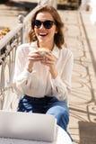 Le den unga affärskvinnan som sitter på kafét royaltyfria foton