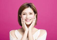 Le den unga asiatiska kvinnaframsidan royaltyfri fotografi