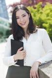 Le den unga asiatiska kvinnan eller affärskvinnan Arkivfoton