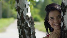 Le den unga attraktiva härliga framsidaståenden för kvinnan mycket parkera in, kvinnlig glädje stock video
