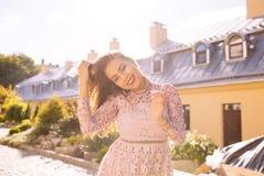 Le den unga brunettmodellen som poserar på staden med solen, att glo Royaltyfria Bilder