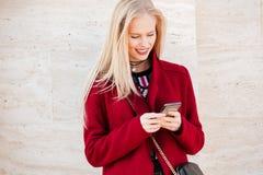 Le den unga caucasian kvinnan som går utomhus att prata Royaltyfri Foto