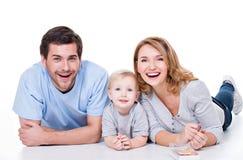 Le den unga familjen med det lilla barnet Royaltyfri Bild