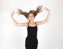 Le den unga härliga flickan med brunt hår Royaltyfri Foto
