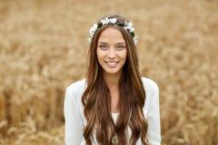 Le den unga hippiekvinnan på sädes- fält arkivfoton