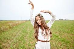 Le den unga hippiekvinnan på sädes- fält royaltyfria bilder