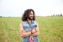 Le den unga hippiemannen på grönt fält arkivfoto