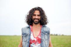 Le den unga hippiemannen på grönt fält arkivbilder