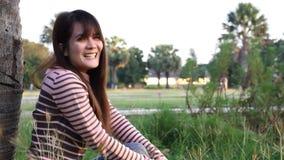 Le den unga kvinnan stock video
