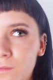 Le den unga kvinnan efter ögonfransförlängningstillvägagångssätt Kvinnan synar med långa ögonfranser snärtar isolerat Royaltyfri Fotografi