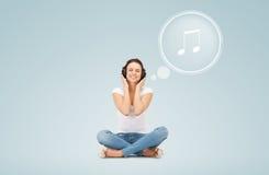 Le den unga kvinnan eller den tonåriga flickan i hörlurar fotografering för bildbyråer