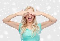 Le den unga kvinnan eller den tonåriga flickan som täcker henne ögon fotografering för bildbyråer