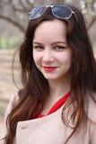 Le den unga kvinnan i en trädgård Royaltyfri Fotografi