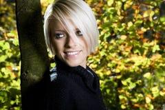 Le den unga kvinnan i höstskogsmark royaltyfri fotografi
