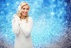 Le den unga kvinnan i vinteröronskydd och tröja Royaltyfria Bilder