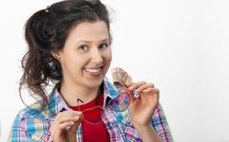 Le den unga kvinnan med glasögon och femtio eurosedlar in Arkivbilder