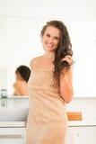 Le den unga kvinnan med vått hår i badrum Arkivbilder