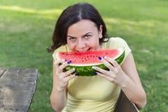 Le den unga kvinnan som äter vattenmelon Arkivfoton