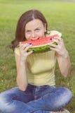 Le den unga kvinnan som äter vattenmelon Arkivbilder