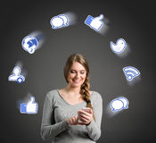 Le den unga kvinnan som använder den smarta telefonen Arkivfoton