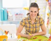 Le den unga kvinnan som gör easter garnering arkivbild
