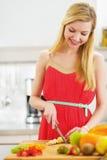 Le den unga kvinnan som klipper sallad för nya frukter Arkivfoton