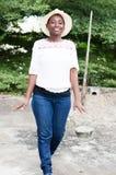 Le den unga kvinnan som någonstans går Fotografering för Bildbyråer