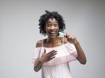 Le den unga kvinnan som ser på graviditetstest arkivbild