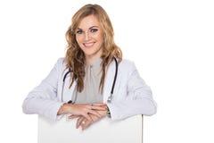 Le den unga kvinnliga doktorn med den tomma boaen för stetoskop och för vit royaltyfri fotografi