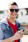 Le den unga mannen eller pojken som dricker kaffe Royaltyfri Bild