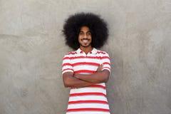 Le den unga mannen med den afro och randiga skjortan Arkivfoton