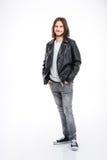Le den unga mannen med långt hår i svart läderomslag Royaltyfria Bilder