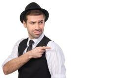 Le den unga mannen som pekar kopieringsutrymme mot vit bakgrund Royaltyfria Bilder
