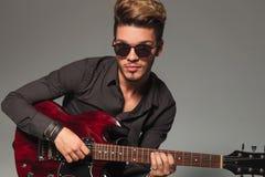 Le den unga mannen som spelar en electircgitarr royaltyfri fotografi